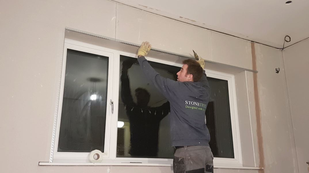 picture of Sam putting up a horizontal bead onto plasterboard