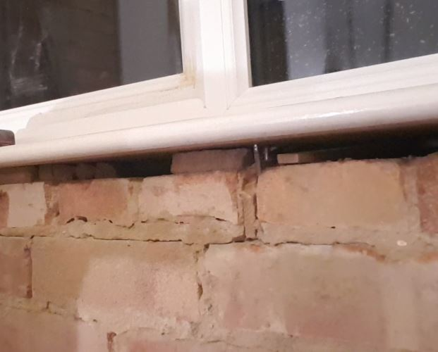 picture showing the 10 to 20 millimeter gaps between the sill and the bricks